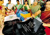 The 5 members belonging to woman's group Hariharamithram make one lakh carry bags a month.
