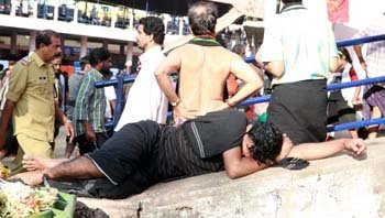 Sabarimala pilgrims are hit by fatigue after trekking the hilly terrain and take a nap to relax. Mathrubhumi photographer C Viju clicks the slumber and the catnaps taken by the Ayappa swamis, both young and old.<br/>