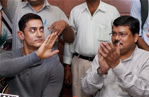 Aamir Khan with Union Minister for Social Justice and Empowerment Mukul Wasnik talks to the media after meeting in New Delhi