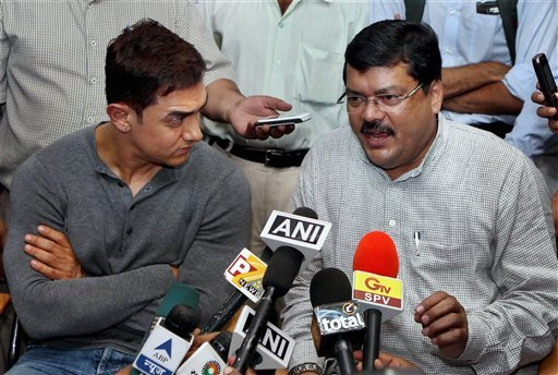Aamir Khan and Union Minister for Social Justice and Empowerment Mukul Wasnik interact with the media after a meeting in New Delhi