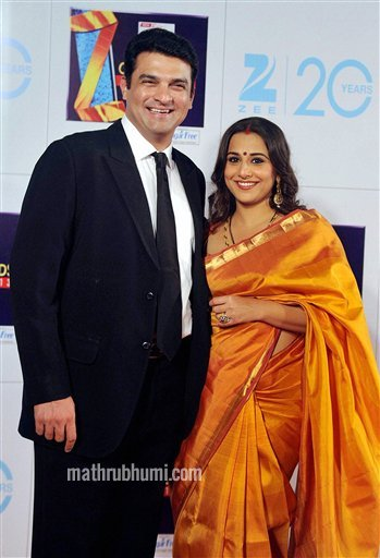 Mumbai : Bollywood actress Vidya Balan and her husband Siddharth Roy Kapur, CEO, UTV Motion Pictures, at Zee Cine Awards 2013 in Mumbai on Sunday. PTI Photo  