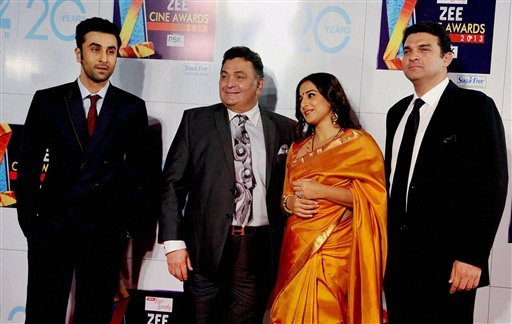 Mumbai : Bollywood actors Ranbir Kapoor and Rishi Kapoor with Vidya Balan and her husband Siddharth Roy Kapur, CEO, UTV Motion Pictures, at Zee Cine Awards 2013 in Mumbai on Sunday. PTI Photo 