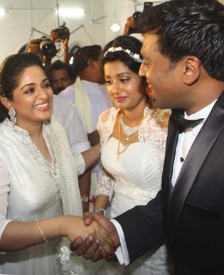 <p><span class='bannertitle'>meera jasmine marriage</span><br /><span class='bannerdescription'>Stills from marriage function of meera jasmine</span></p>