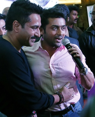<p><span class='bannertitle'>Surya with rahman</span><br /><span class='bannerdescription'>Surya witha Rahman for the promotion of movie lavender</span></p>